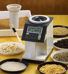 Alat laboratorium ini berfungsi untuk mengukur kandungan air (moisture content) dalam biji-bijian